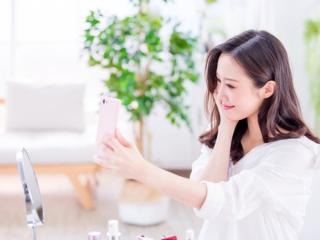 自撮りをしている女性の画像