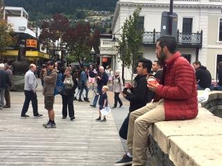 アイスを食べる男性