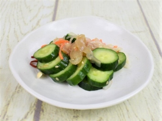 皿に盛られた「きゅうりと中華くらげのサラダ」の画像