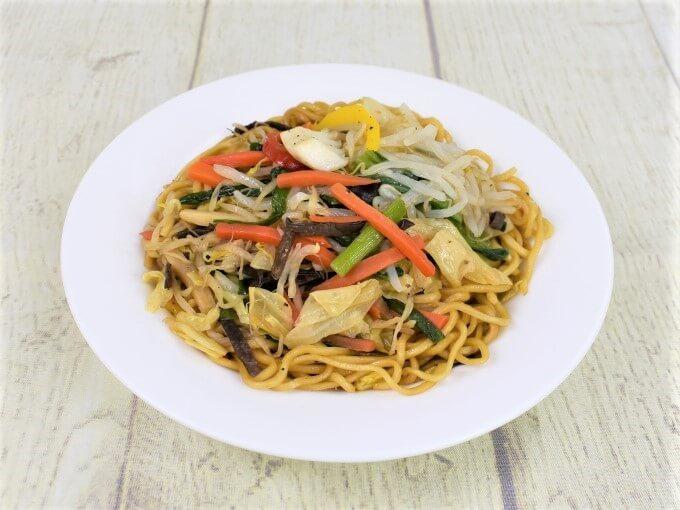 お皿に移した「オイスターソース香る 彩り野菜の上海焼そば」のアップ画像