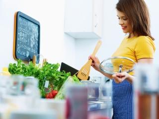 料理する女性の写真