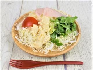 皿に盛られた「フライドオニオン入りポテト&ハムサラダ」の画像