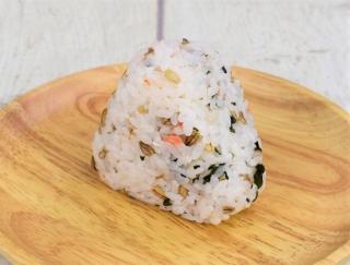 食べごたえ満点のヘルシー大麦☆ こだわりの食材がシンプルにおいしい「スーパー大麦 紅鮭わかめ」
