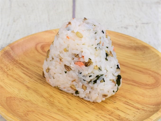 お皿に載った「スーパー大麦 紅鮭わかめ」の画像