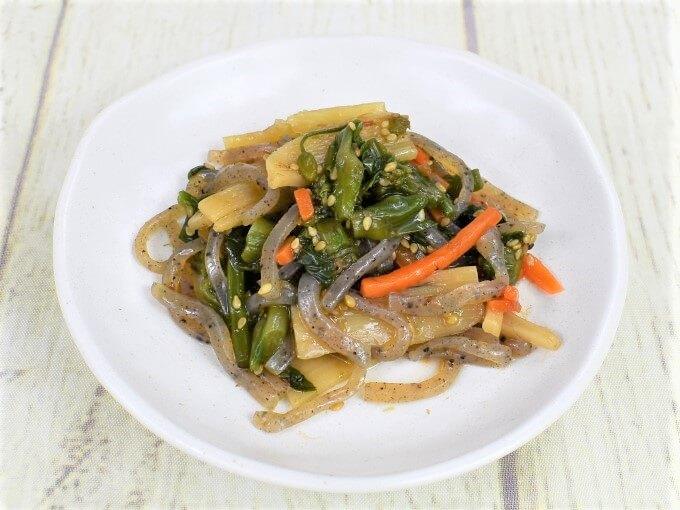 皿に盛られた「菜の花と筍の柚子胡椒風味」の画像