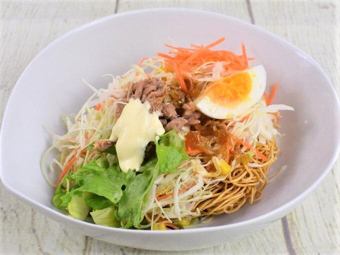 お皿に移した「まぜて食べる! パリパリ麺サラダ」の画像