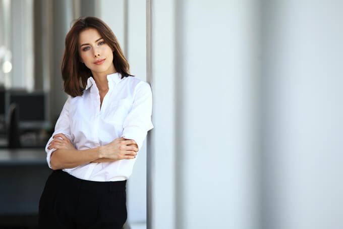 白いシャツきた美人女性