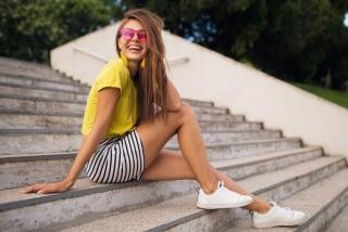 階段に座って笑顔の女性