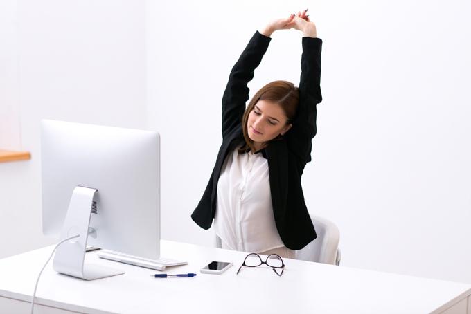 伸びをしている女性の画像