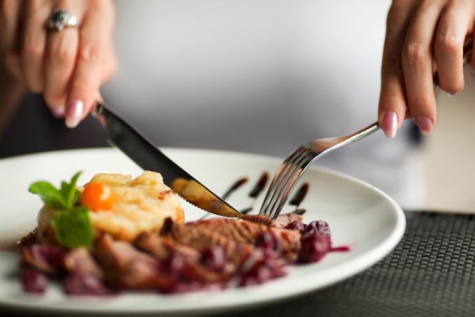 お肉を食べる女性の画像