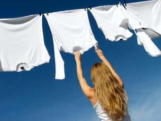 洗濯物を干している女性の画像