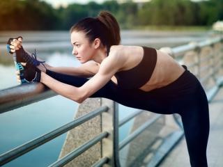 運動をする女性の画像