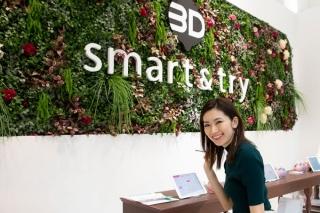 イベントスペースで笑顔のヤハラさん