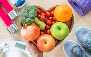 お盆にフルーツ、野菜が乗って、その周りにダイエットアイテム