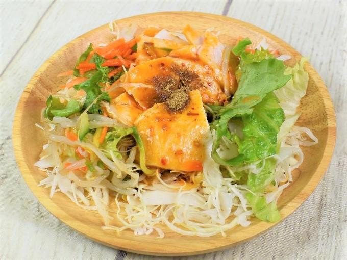 器に盛られた「四川風よだれ鶏のサラダ」の画像