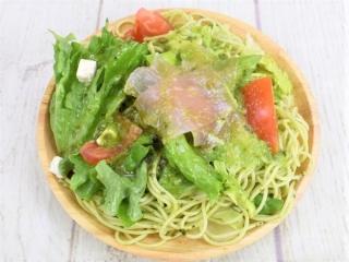皿に盛った「生ハムとバジルの冷製パスタ」の画像