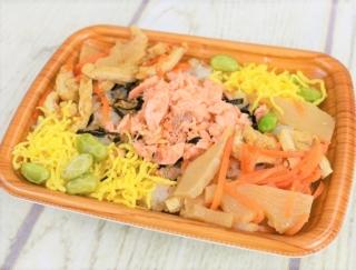 やさしい味わいのヘルシー混ぜご飯☆ 食感のバリエーション豊かなファミマの「鮭とたけのこのごはん(スーパー大麦入り)」