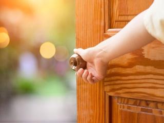 扉を開く女性
