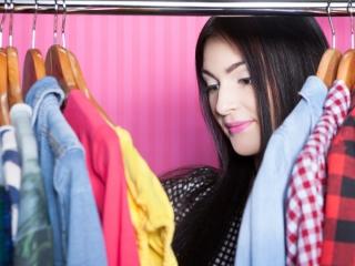 洋服を選んでいる女性の画像