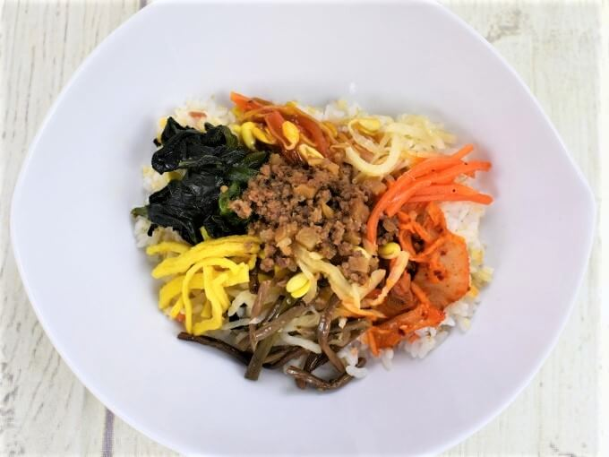 お皿に盛られた「8品目野菜と牛そぼろのビビンパ丼」の画像