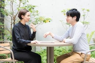 外国の女性と会話する男性
