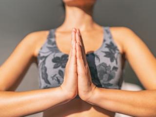 女性が瞑想している画像