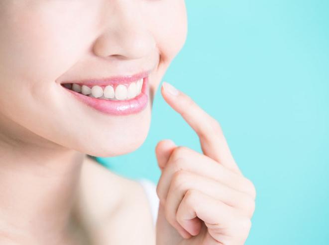 歯茎を指差す女性