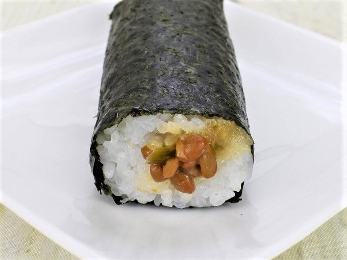 「手巻寿司 ツーンと辛い! わさび納豆巻」の断面が映った画像