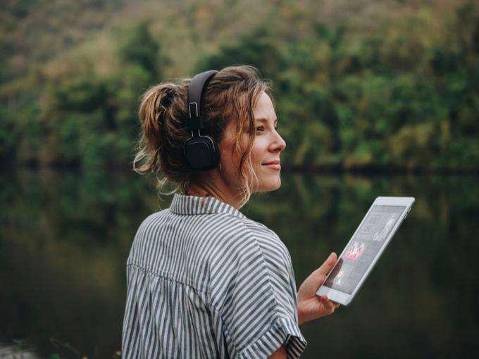 女性が音楽を聴いている画像