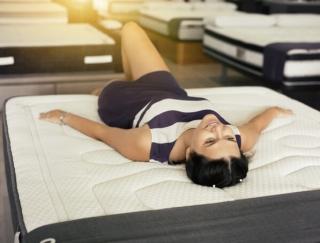 靴選びとベッド選びは同じくらい重要!? 「正しい寝姿勢」で眠る方法