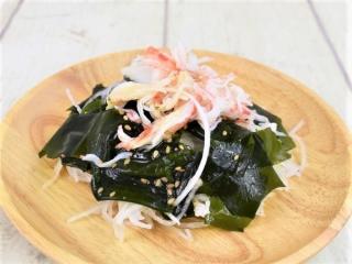 皿に盛られた「わかめと大根のサラダ(香り箱)」の画像