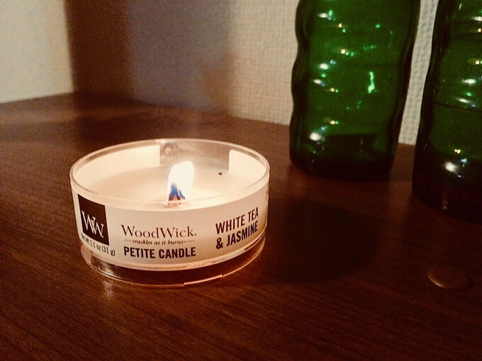 火がついているウッドウィックのキャンドル