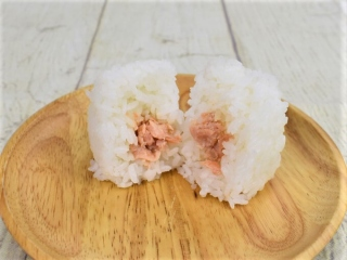 半分に割った「厳選米おむすび鮭の西京漬け」の画像