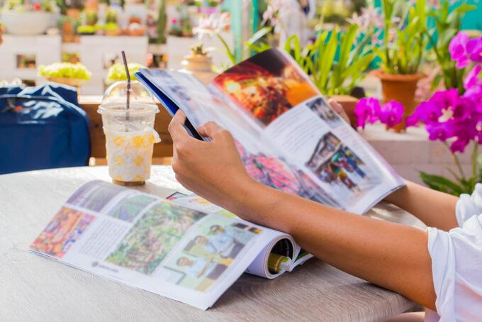 雑誌見ている女性の手もと