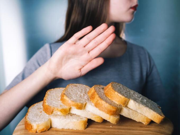 パンを拒否する女性の写真