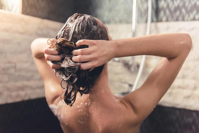 髪の毛を洗っている女性の画像