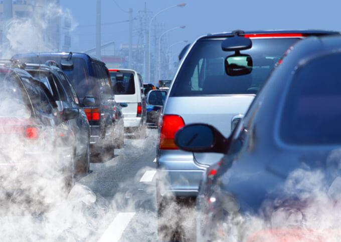 渋滞車で汚染された道路