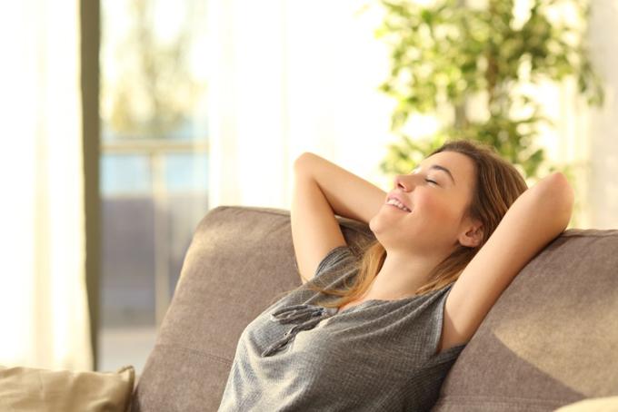 イスに座って呼吸する女性