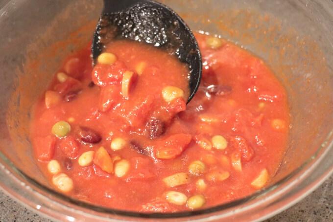 トマト缶と材料を全て混ぜ合わせている画像