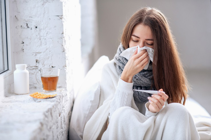 体温計を見ている女性の画像