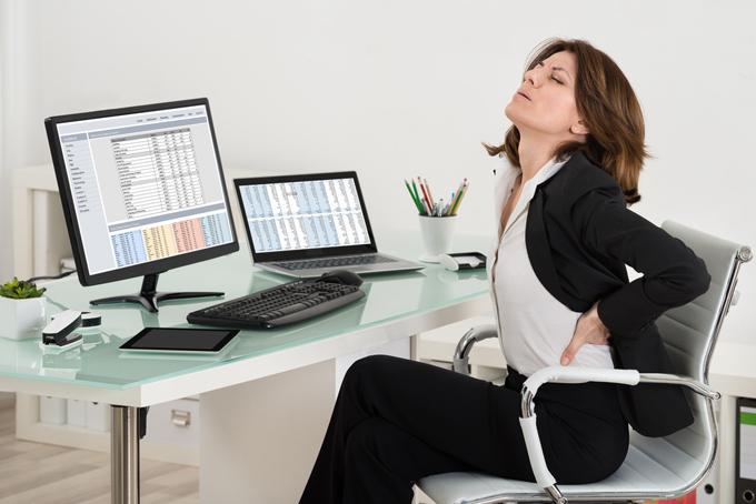 腰を押さえている女性の画像