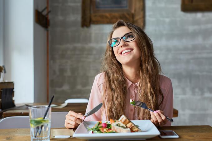 笑顔で食事をしている女性