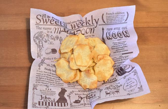 お皿に出した「リッツ ベイクドチップス ソルト&ペッパー」の写真