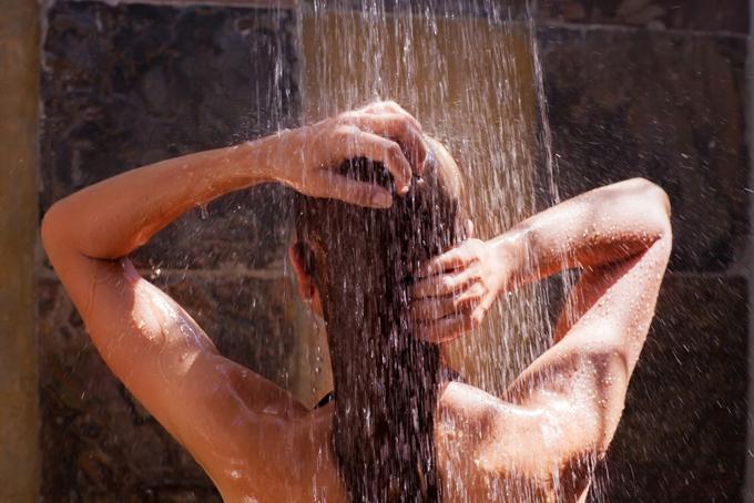 シャワー浴の女性