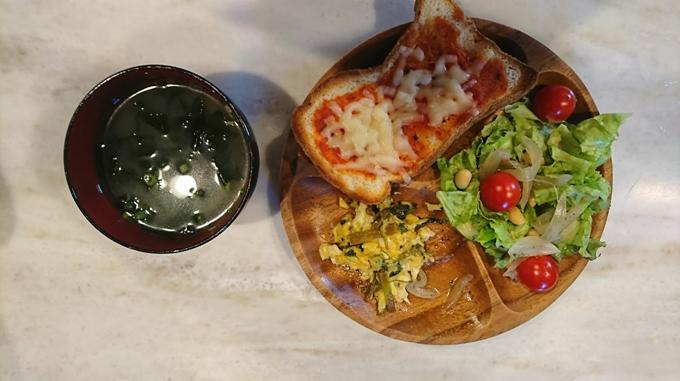 こんにちは。婦人科医の松村圭子です。 朝食は短時間で準備できて、体を元気にする栄養をしっかりとれるメニューにしたいですね。朝食では、パンやごはんなど主食の「糖質」といっしょに「たんぱく質」をとることで体内時計が整うといわれています。 わが家の朝食のたんぱく源は、卵料理が定番です。シンプルな卵焼きのほか、納豆、蒸し大豆、ツナなどのたんぱく質を補う具、ミックスベジタブル、冷凍しておいたきのこなどを入れたオムレツ、スクランブルエッグを作ることも。具だくさんになり、栄養バランスが整います。 火を使うのはメインの卵料理のみで、副菜は作り置きおかずをお皿に盛るだけ。ちぎったレタス、ミニトマトなど生のまま食べられる野菜を添えるだけのときもあります。 副菜は、基本的に休日にまとめて作るように。たとえば、ブロッコリーのオイマヨあえ、小松菜と桜えびの炒めもの、キャベツの塩昆布あえなど、材料が少ない簡単おかずが中心です。 こちらが一例です!
