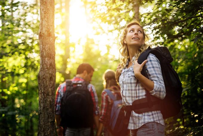 森を歩く女性