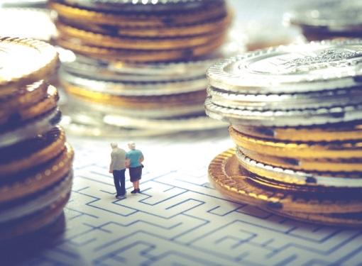 お金の間を歩く老夫婦