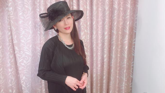つばの広い帽子をかぶってる岡江さん