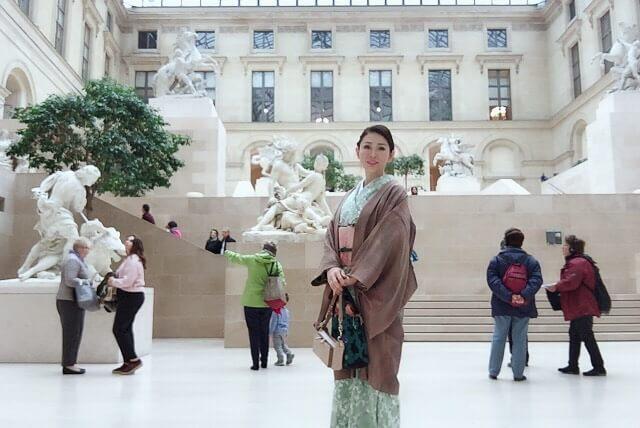 旅行先の美術展で着物を着ている岡江さん