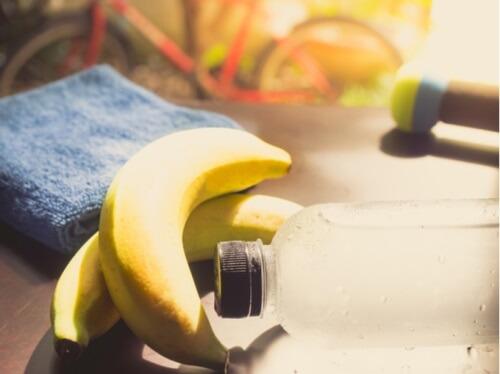 バナナと水の写真